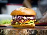 burger na brązowym drewnianym stole