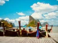 barca din lemn maro pe doc în timpul zilei