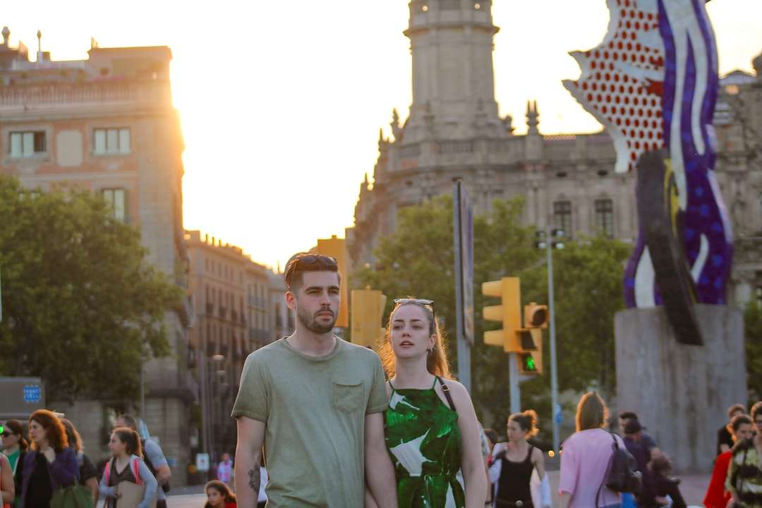 man in green crew neck t-shirt standing near people - man in green crew neck t-shirt standing near people during daytime. . Barcelona, España (7×5)