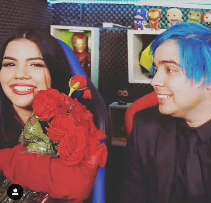 Yolo gives roses to Mariana in a video - yolo gives mariana roses in a yoloriana video (11×11)