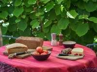 szeletelt kenyér piros kerámia tányéron a szeletelt kenyér mellett