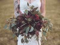 γυναίκα με λευκή δαντέλα λουλουδιών