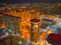Vista aérea de los edificios de la ciudad durante la noche.