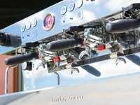 motor de avión blanco y negro