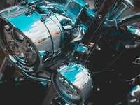 kék és ezüst autó fénnyel