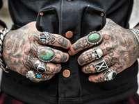 Muž - ruce, tetování