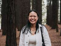 femeie în cămașă albă cu mâneci lungi zâmbind