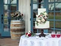 λευκό και ροζ floral κέικ σε καφέ ξύλινο στρογγυλό τραπέζι