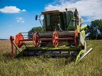 κόκκινο και πράσινο βαρύ εξοπλισμό στο πεδίο πράσινο γρασίδι