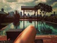 Pochmurny dzień przy basenie