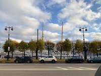 auto's die overdag op parkeerplaats geparkeerd staan