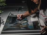 žena malba na bílém papíře