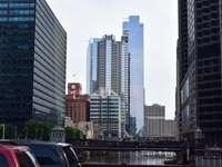 Coche blanco en la carretera cerca de edificios de gran altura durante el día