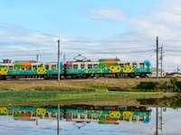 μπλε κίτρινο και κόκκινο τρένο σε σιδηροδρομικές γραμμές κατά τη διάρκεια της ημέρας