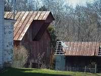 καφέ ξύλινο σπίτι στο πεδίο πράσινο γρασίδι