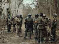 grupa żołnierzy w mundurze kamuflażu stojących na ziemi