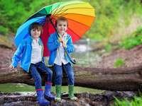 dzeci z parasolem