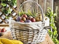 Coș de ou de Paște de Paște pe masa de grădină