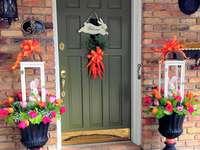 Húsvéti húsvéti díszek a ház bejárata előtt