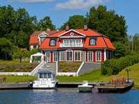 Casa en el lago con un puerto deportivo.
