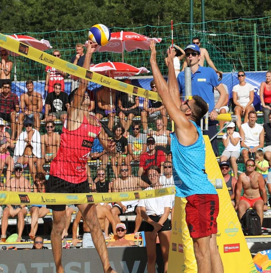 Az emberek röplabdáznak napközben
