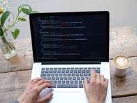Person, die MacBook Pro auf braunem Holztisch verwendet