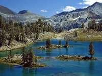 Езеро с островчета в планината