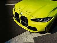 Gelbes Mercedes Benz-Auto auf grauer Asphaltstraße