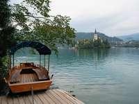 кафява дървена лодка на док през деня