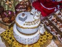 Weißer und brauner Kuchen auf blauem und weißem Blumengewebe
