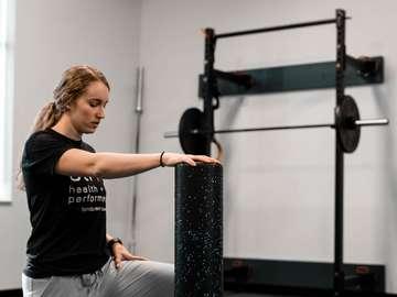 Frau im schwarzen Rundhalsausschnitt T-Shirt und graue Hosen