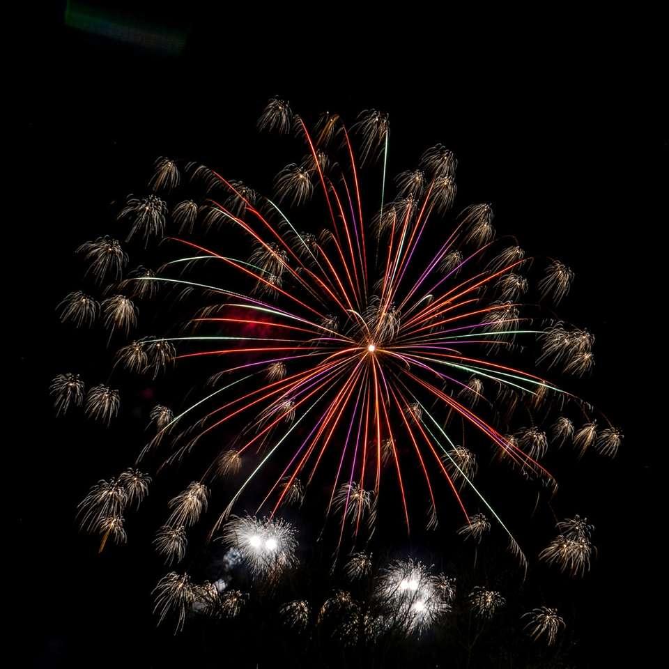 Rood en wit vuurwerk display tijdens de nacht