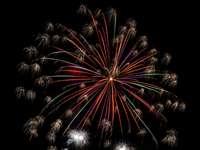 Esposizione fuochi d'artificio rossi e bianchi durante la notte