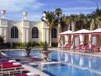 Un hotel de lux cu o piscină