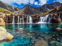 Водопад с кристално чиста вода