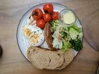 Geschnittenes Brot mit grünem Gemüse