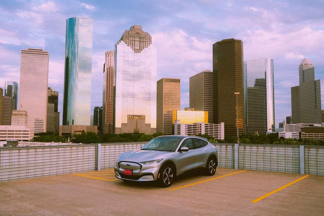 Silver sedan parkerad på grå betongväg