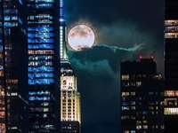 Měsíc poblíž Empire State Building
