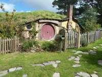 Barna faház a zöld fák közelében nappali