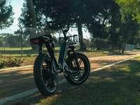 Черно и синьо мотокрос мръсен велосипед на сив асфалтов път