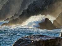 Ocean Waves kraschar på Rocky Shore under dagtid