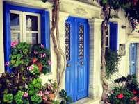 Dom z okiennicami na wyspie Tinos
