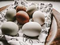 λευκό και καφέ αυγό σε λευκό και καφέ κλωστοϋφαντουργία