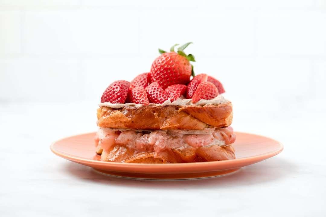 Φράουλα και ψωμί σε λευκό κεραμικό πιάτο