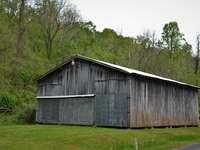 Casa de madera marrón cerca de árboles verdes durante el día