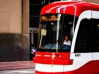 Κόκκινο και λευκό τρένο στο δρόμο