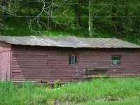 Casa de madera marrón cerca del campo de hierba verde durante el día