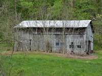 Casa de madera marrón en campo de hierba verde