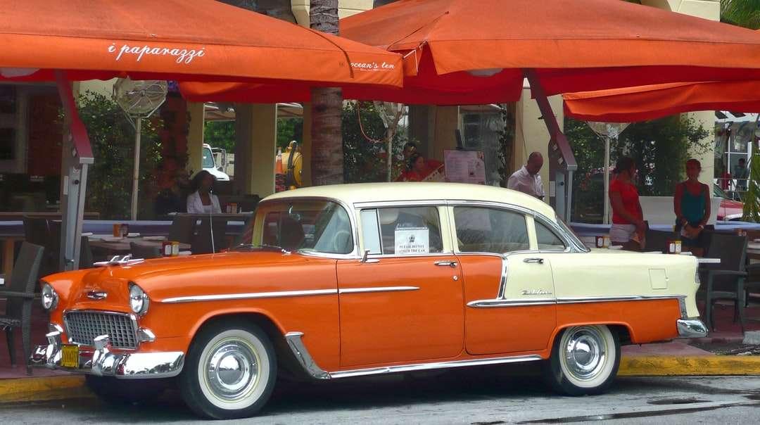Voiture Vintage rouge et blanc