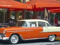 Röd och vit vintagebil